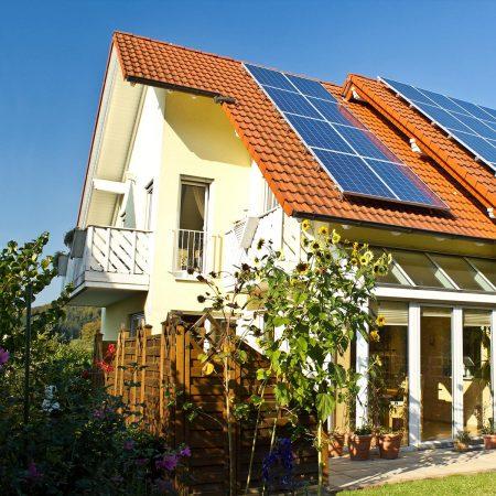 Fensterputzer Roth reinigt in privaten Haushalten Fenster, Rollo, Wintergarten und Solaranlgen.